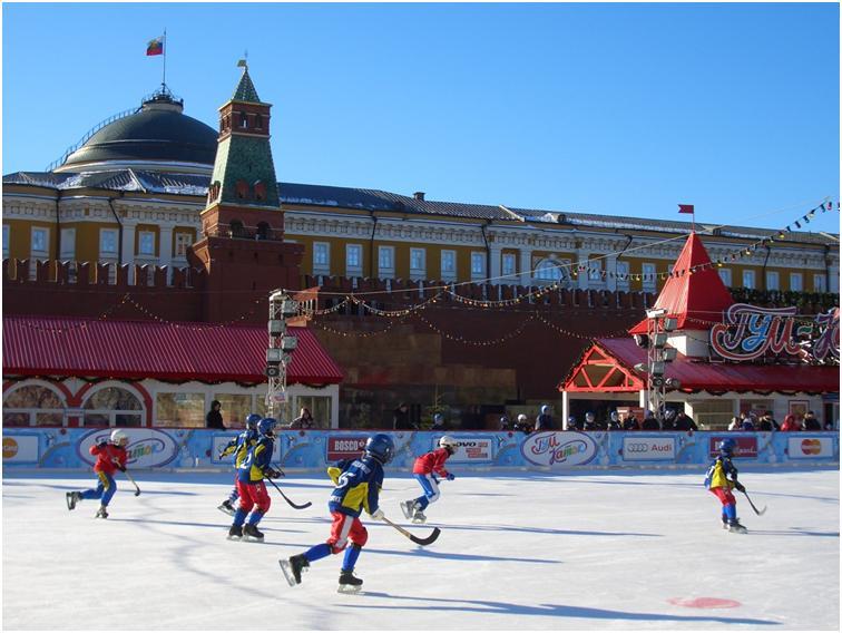 モスクワ 赤の広場、青い空、 特設スケート場、 子供達とクレムリン  2015年2月 (筆者撮影)