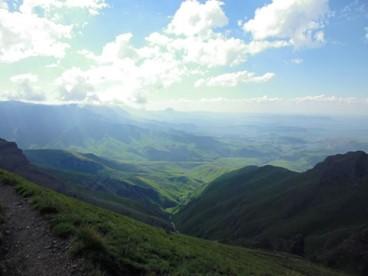 南アフリカ東部、ドラケンスバーグ山脈の山並み (筆者撮影)