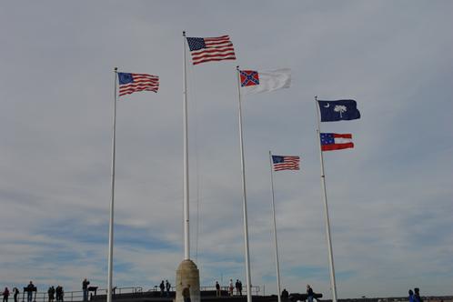 チャールストン湾に浮かぶFort Sumter(南北戦争の口火が切られた砦)に掲揚されている当時の南軍の旗など (写真提供: SCGR 吉村 亮太)
