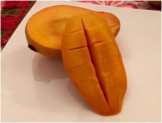 シンドリの果肉は少しだいだい色がかった深みのある黄色。濃厚な甘みが口いっぱいに広がります (筆者撮影)