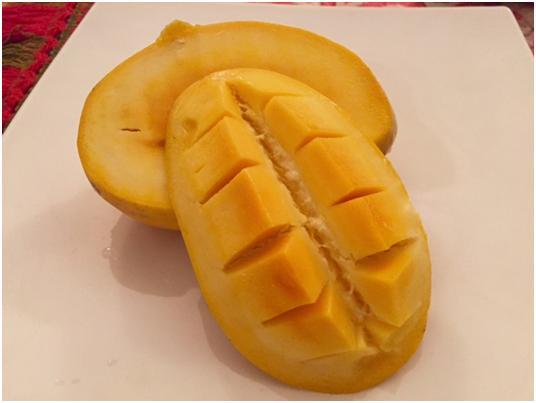 チョンサの果肉は淡くみずみずしい黄色。柔らかな食感と爽やかな甘みが印象的です (筆者撮影)