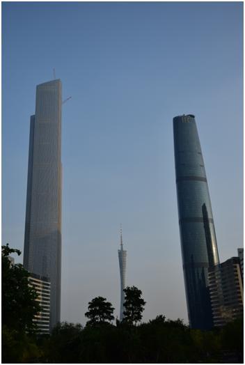 左より建設中のCTF金融センター、広州タワー、広州国際金融センター(写真提供:広州住友商事有限公司 葉 海珠)