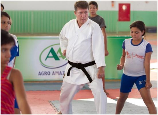 学生を指導するAgro Amazoniaロベルト副社長 (筆者撮影)