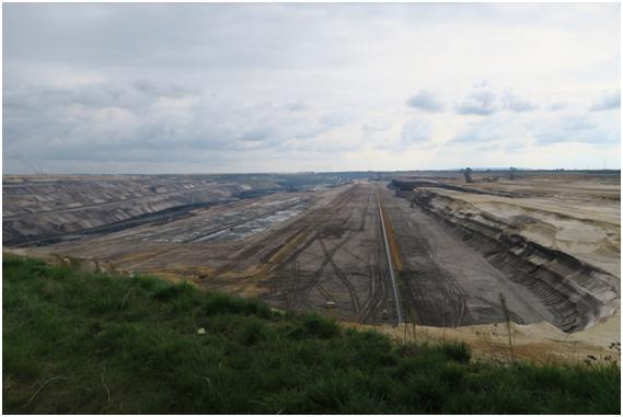 デュッセルドルフ近郊の広大な褐炭の露天掘り現場 (筆者撮影)