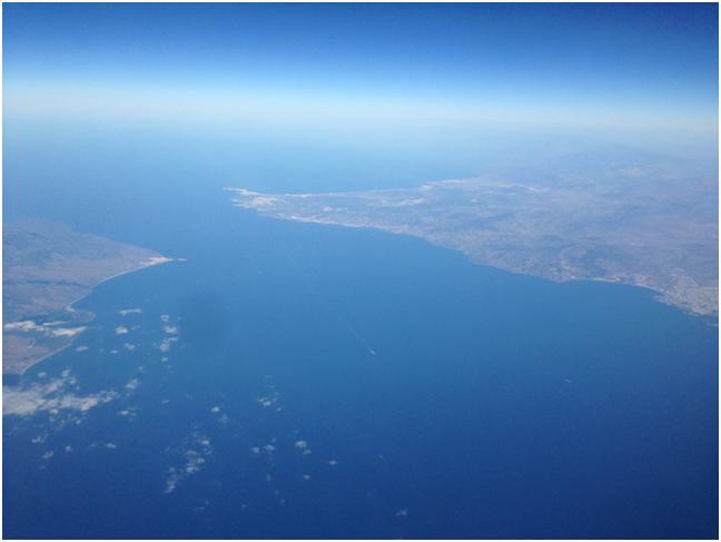 ジブラルタル海峡、右側がモロッコ、左側がスペイン (筆者撮影)