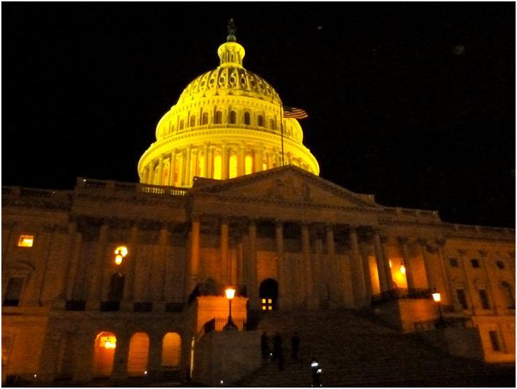 ライトアップされた米国議会議事堂(写真:筆者)