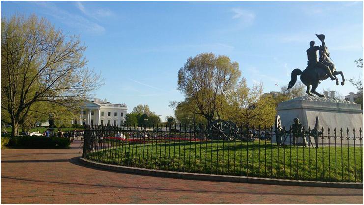 ホワイトハウスとアンドリュー・ジャクソン元大統領の銅像(写真:筆者)