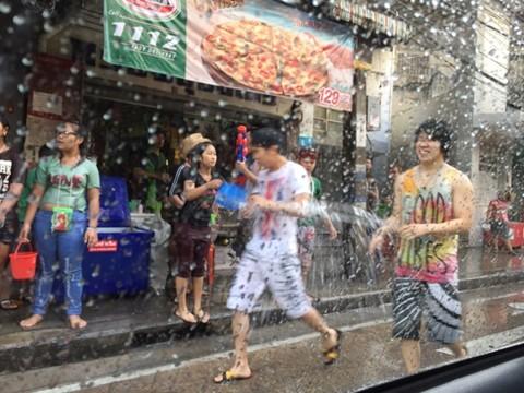 車窓から撮影したバンコク都内スクンビット地区でのソンクラーンの様子(筆者撮影)