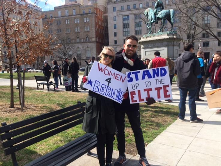 ワシントンDCの集会で反エリート層などを訴えるサンダース候補支持者(筆者撮影)