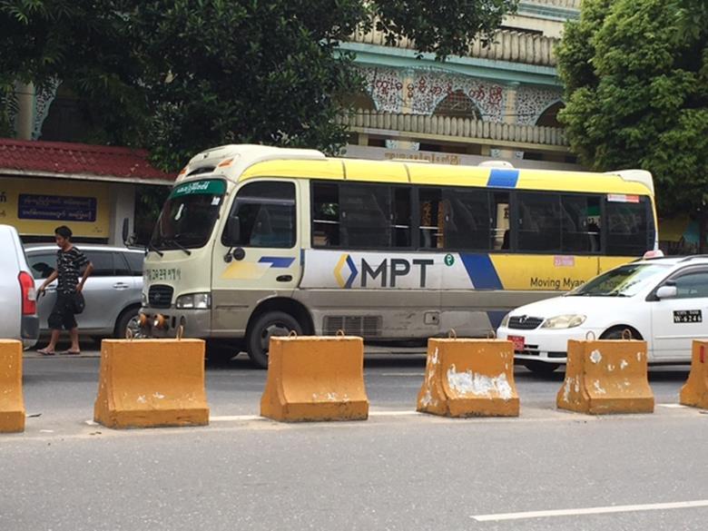街中を走るバス (筆者撮影)