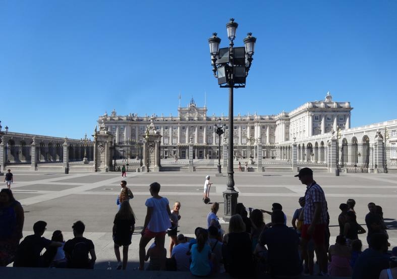 観光客で日陰が賑わう盛夏の王宮前広場(マドリッド、筆者撮影)