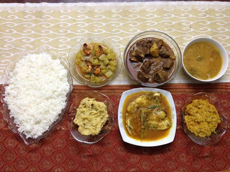 家庭の普段のカレーと野菜とご飯の夕食(筆者撮影)