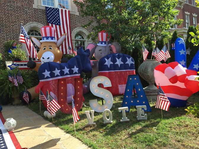 投票日、共和党(象)と民主党(ロバ)のマスコットで飾るワシントン市民宅(筆者撮影)