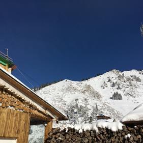 スキー場から見た澄みわたる青空(筆者撮影)