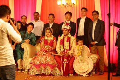 当社従業員Nさん(新婦)の結婚披露宴にて。当地結婚式の基調カラーは赤と金色。(筆者提供)