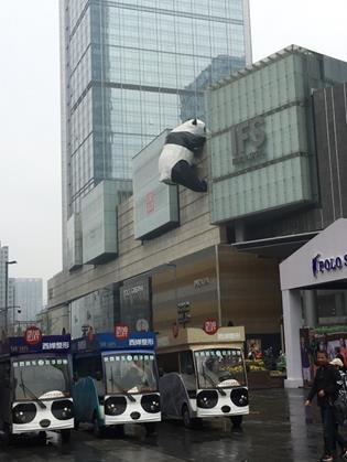 成都中心部・国際金融センター付近 パンダ一色の街(筆者撮影)