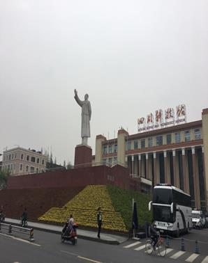 市内中心にある天府広場・毛沢東像(筆者撮影)