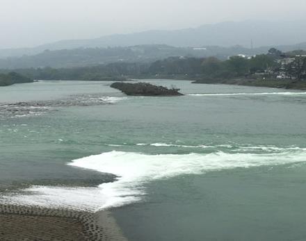 世界遺産・人工的に作られた中洲、川が分水される「魚嘴」(筆者撮影)
