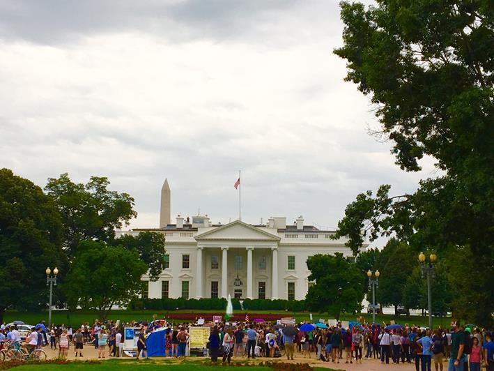 2017年8月、ホワイトハウス前でデモ活動を行う米国民(筆者撮影)