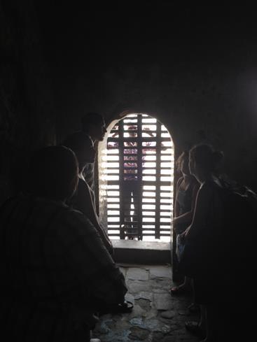 奴隷輸出基地だったエルミナ城の奴隷懲罰室での体験ツアー(筆者撮影)