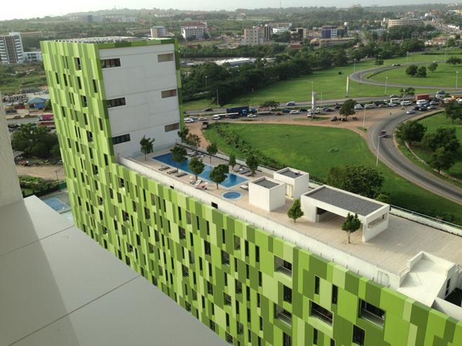 伝統的な布地のデザインを模したカラフルな色彩の高級マンション。屋上にはバーやプールがある(筆者撮影)