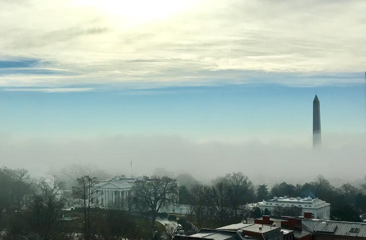 霧に包まれるホワイトハウス(筆者撮影)