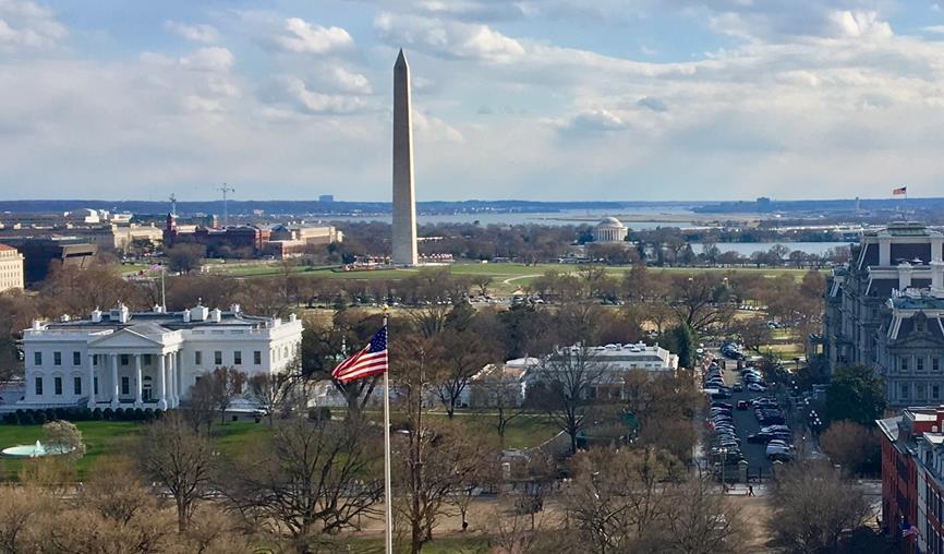 大統領執務室があるホワイトハウス西棟「ウェストウィング」(正面右)(筆者撮影)