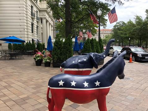 ワシントン市内に点在する象(共和党)とロバ(民主党)の像(筆者撮影)