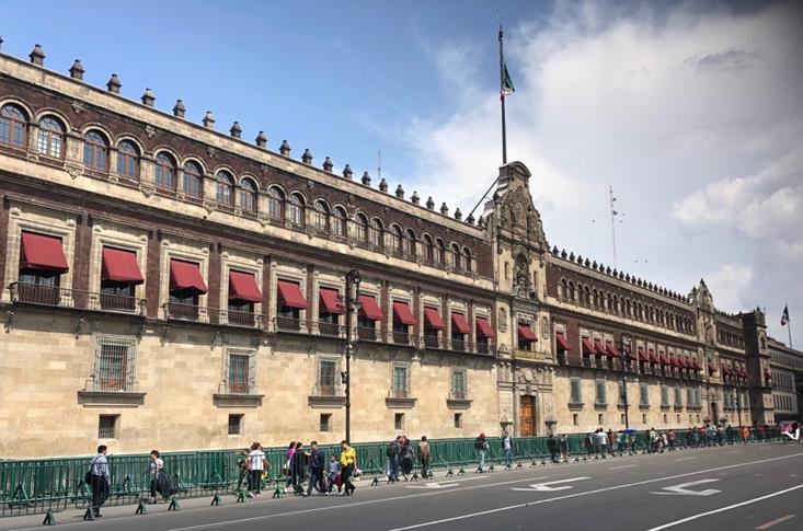 メキシコシティ中央広場ソカロにある大統領官邸(国立宮殿)(筆者撮影)
