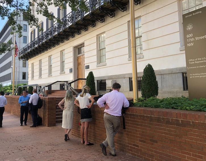 2018年8月、米通商代表部(USTR)前でメキシコ交渉チームを待ち受ける米墨報道陣(筆者撮影)