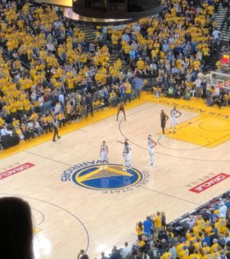 Golden State Warriorsのホーム、Oracle Arena(オラクル・アリーナ)の一体感のある盛り上がりは必見です(筆者撮影)
