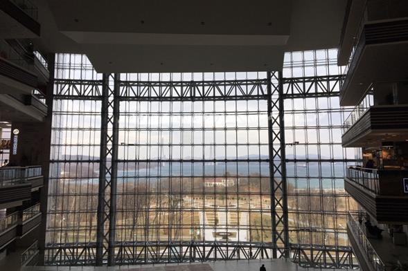 デジタルITの拠点「極東連邦大学」の正面玄関の窓から「ルースキー島連絡橋」を望む(筆者撮影)