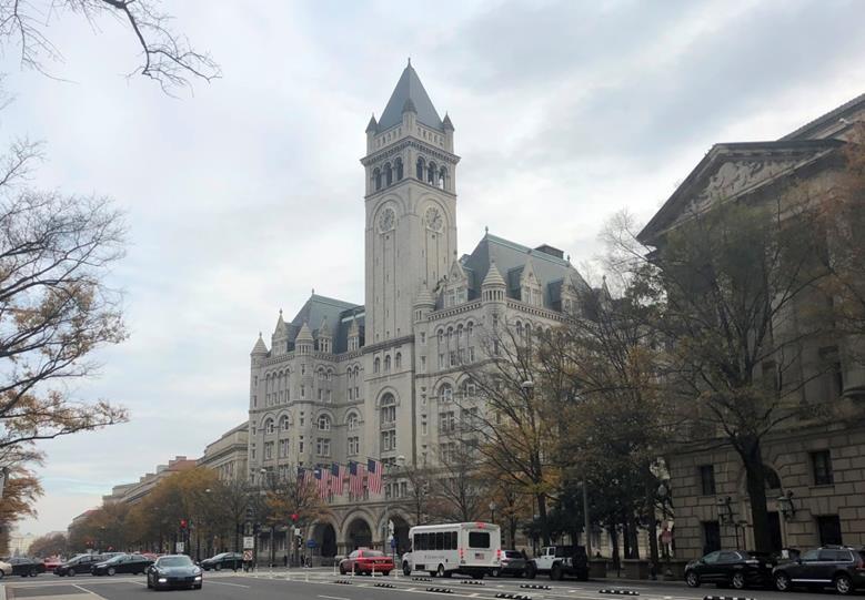 首都のペンシルベニア通り沿いにあるトランプ国際ホテル(筆者撮影)