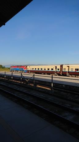 ネピドー駅でみかけたミャンマー国鉄の車両(筆者撮影)