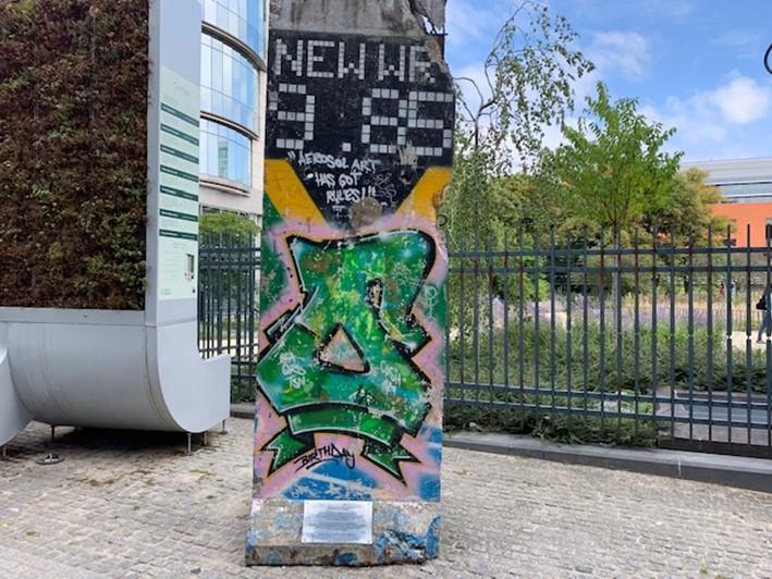 ベルリンの壁。意外と無造作に置かれています(筆者撮影)