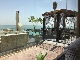 写真5:海沿いのカフェはリゾート地のよう(筆者撮影)