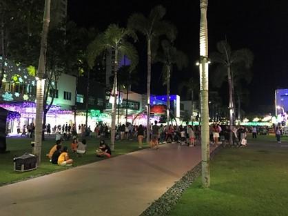 タギッグ市のハイ・ストリートは夜になっても市民の憩いの場として人気が高い(筆者撮影)