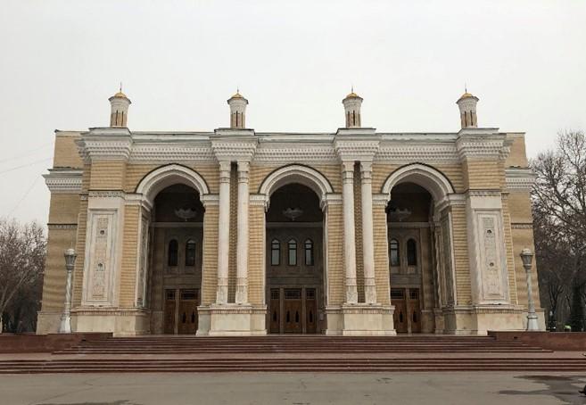 日本人捕虜が中心となって建設したタシケントのナヴォイ劇場(筆者撮影)