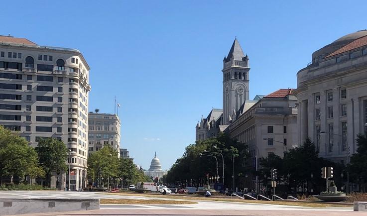 トランプ・インターナショナルホテルと米国議会(筆者撮影)