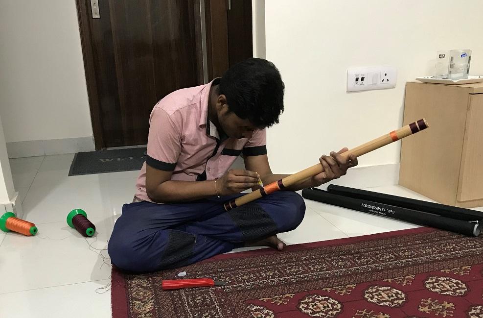 (伝統音楽の横笛バンスリー Bansuri を製作する笛職人;筆者撮影)