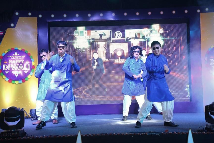 (ヒンズー教の祭ディワリの社内パーティの余興で映画音楽に合わせて踊る筆者(前列右))