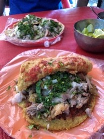 メキシコ料理「タコス」(筆者撮影)